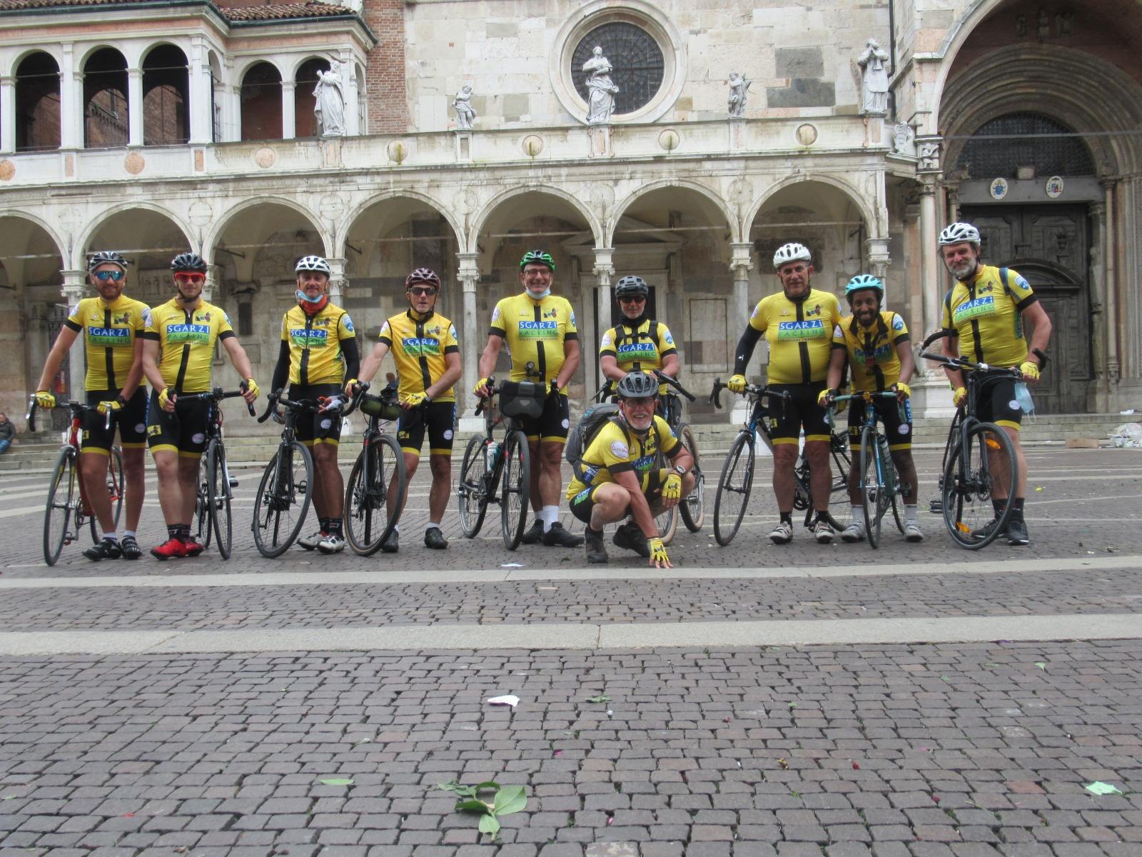 I ciclisti nella piazza a Crema